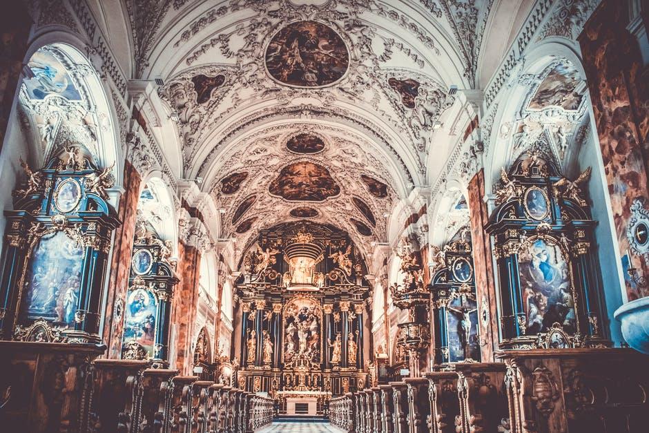 święte obrazy w kościele